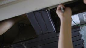 Fuite de tuyau de fixation de plombier sous l'évier, service de mari de bricoleur, vue inférieure banque de vidéos