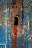 Fuite rouge de trace de sang hors de trou de la serrure effrayant de porte photographie stock