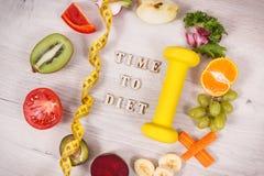 Fuits и овощи, гантель для фитнеса и рулетки, концепция здоровых образов жизни, питание и уменьшение стоковые фото