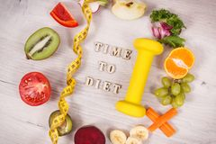 Fuits och grönsaker, hantel för kondition och måttband, begrepp av sunda livsstilar, näring och banta arkivfoton