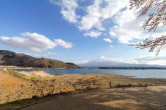 Fuji και λίμνη ΑΜ στην εποχή sakura ανθών κερασιών Στοκ εικόνες με δικαίωμα ελεύθερης χρήσης