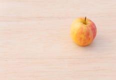 Fuji-Apfel auf hölzernem Hintergrund Stockfotografie
