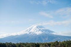 Fuji berg i morgon med snöräkningen royaltyfri fotografi