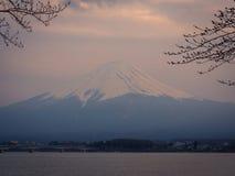 Fuji-Berg in Japan an der Sonnenuntergangszene mit See stockfotos