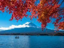 Fuji-Berg mit Rotahorn und Fischer auf Boot im See Stockbild