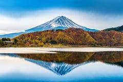 Fuji berg och kawaguchikosjö i Japan arkivfoton