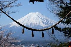 Fuji berg och med ett sakralt rep av Torii på ingången av den Chureito pagoden med den blåa himlen Arkivbild