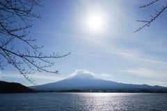 Fuji berg- och sjösikt i morgonen Arkivfoto