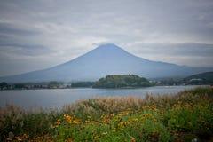 Fuji berg på Kawakuchigo sjön Fotografering för Bildbyråer
