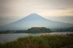 Fuji berg på Kawakuchigo sjön Arkivbild