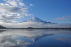 Fuji berg som reflekterar i Kawaguchiko sjön Royaltyfri Foto