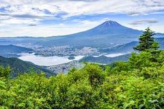 Fuji-Berg und Fujikawaguchiko-Stadt genommen von Shingotoge-Berg im Sommer, Kawaguchiko See, Japan lizenzfreie stockfotografie