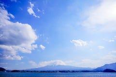 Fuji con kawaguchiko del cielo azul y del lago Fotos de archivo libres de regalías