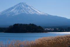 Fuji en el lago Kawaguchiko, Japón Imagenes de archivo
