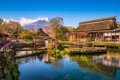 Fuji et village photos stock