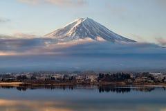 Fuji góra na Jeziornym Kawaguchi w ranku zdjęcia stock