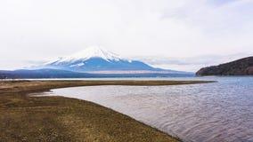 Fuji góra z śniegiem na wierzchołku w wiośnie przy Oshino Hakkai nocą Tim Zdjęcia Royalty Free