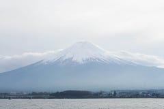 Fuji góra z śniegiem na wierzchołku w zimie Obrazy Royalty Free