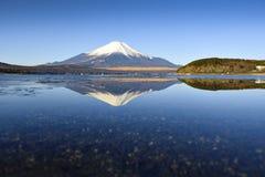 Fuji Halny odbicie przy Yamanaka jeziorem w ranku Zdjęcie Stock