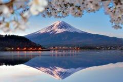 Fuji Halny odbicie z Sakura rozgałęzia się przy Kawaguchi jeziorem w ranku Zdjęcie Stock
