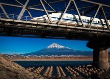 Fuji i pociska pociąg Obrazy Royalty Free