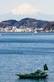 Fuji mit Japan fishinh Boot auf dem firstplan. Stockfotografie