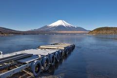 Fuji molo przy Yamanaka jeziorem w zimy niebieskiego nieba dniu i góra Obrazy Royalty Free