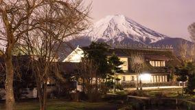 Fuji montering med snö överst i vår på den Oshino Hakkai natten tim Arkivfoton