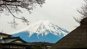 Fuji montering med snö överst i vårtid på Oshino Hakkai royaltyfri foto