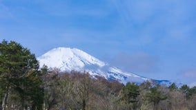 Fuji montering med snö överst i vårtid på Yamanaka sjön Arkivbilder