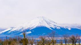 Fuji montering med snö överst i vårtid på Yamanaka sjön Royaltyfri Foto