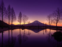 Fuji riflette su uno stagno Fotografie Stock Libere da Diritti