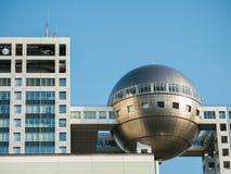 Fuji televisionhögkvarter på den Odaiba staden i Tokyo, Japan Arkivfoton