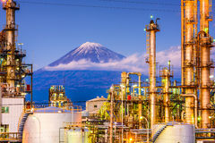 Fuji und Fabriken stockfotografie