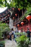 Fujian Tulou und Besucher Stockbilder