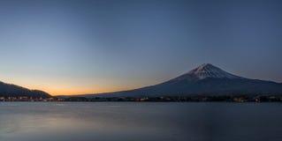 Fujiberg en meer Kawaguchiko in vroege ochtend Stock Afbeeldingen