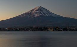 Fujiberg en meer Kawaguchiko in vroege ochtend Royalty-vrije Stock Afbeeldingen