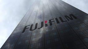 Fujifilmembleem op een wolkenkrabbervoorgevel die op wolken wijzen Het redactie 3D teruggeven Stock Fotografie