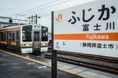 Fujikawa Stacjonuje Shizuoka, Japonia jr stacja - Tokaido Główna linia - jr pociąg - Zdjęcie Royalty Free