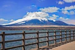 Fujisan富士大山和沐浴山的早晨阳光在Yamanaka湖,日本 免版税库存照片