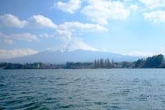 Fujisan bajo opinión de cielo nublado del lago Kawaguchi Foto de archivo libre de regalías