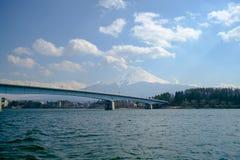 Fujisan bajo opinión de cielo nublado del lago Kawaguchi Foto de archivo