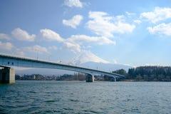 Fujisan bajo opinión de cielo nublado del lago Kawaguchi Imágenes de archivo libres de regalías