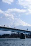 Fujisan bajo opinión de cielo nublado del lago Kawaguchi Fotografía de archivo libre de regalías