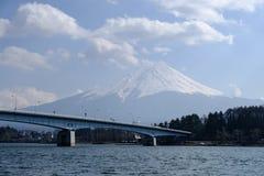 Fujisan bajo opinión de cielo nublado del lago Kawaguchi Imagen de archivo libre de regalías