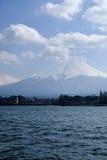 Fujisan bajo opinión de cielo nublado del lago Kawaguchi Fotografía de archivo