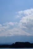 Fujisan bajo opinión de cielo nublado del lago Kawaguchi Fotos de archivo