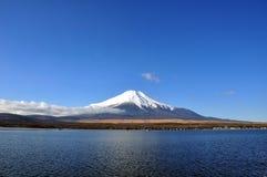 Fujisan e lago Kawaguchiko com dia claro do céu fotos de stock royalty free