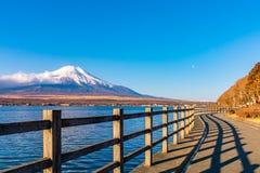 Fujisan lub Fuji g?ra w wsch?d s?o?ca ?wietle przy jeziornym Yamanaka, Yamanashi prefektura Japonia zdjęcie stock