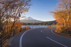 Fujisan och Momiji på sjön Kawaguchiko Royaltyfri Fotografi